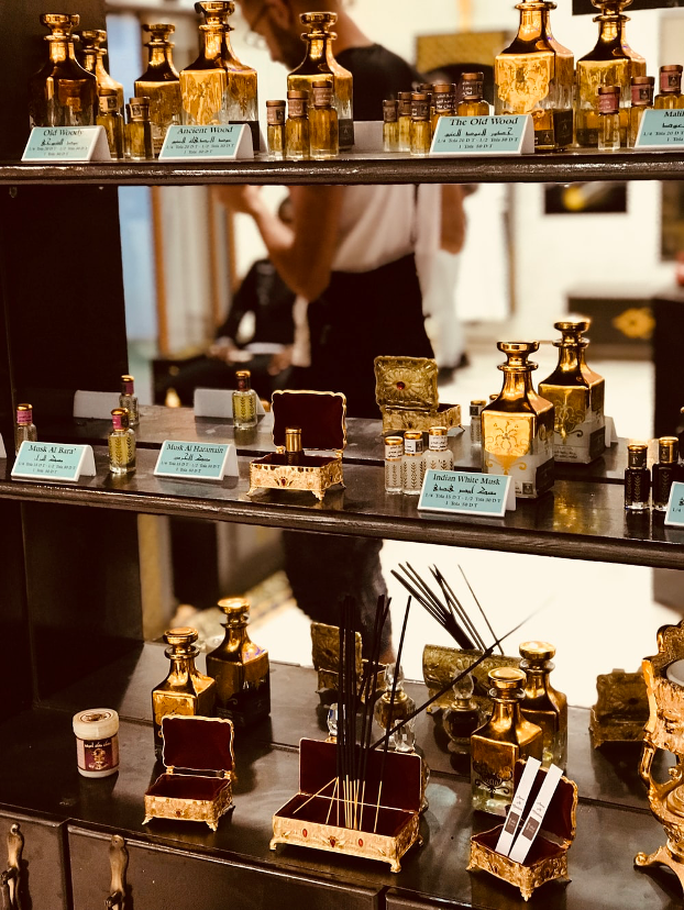 Gammel parfumebutik med parfumenoter